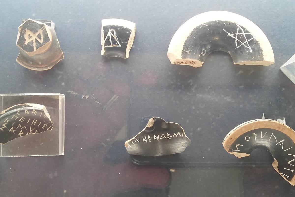 Frammenti Di Vasi Con Iscrizioni Elimi Grotta Vanella V Sec.a.C Foto ReHu