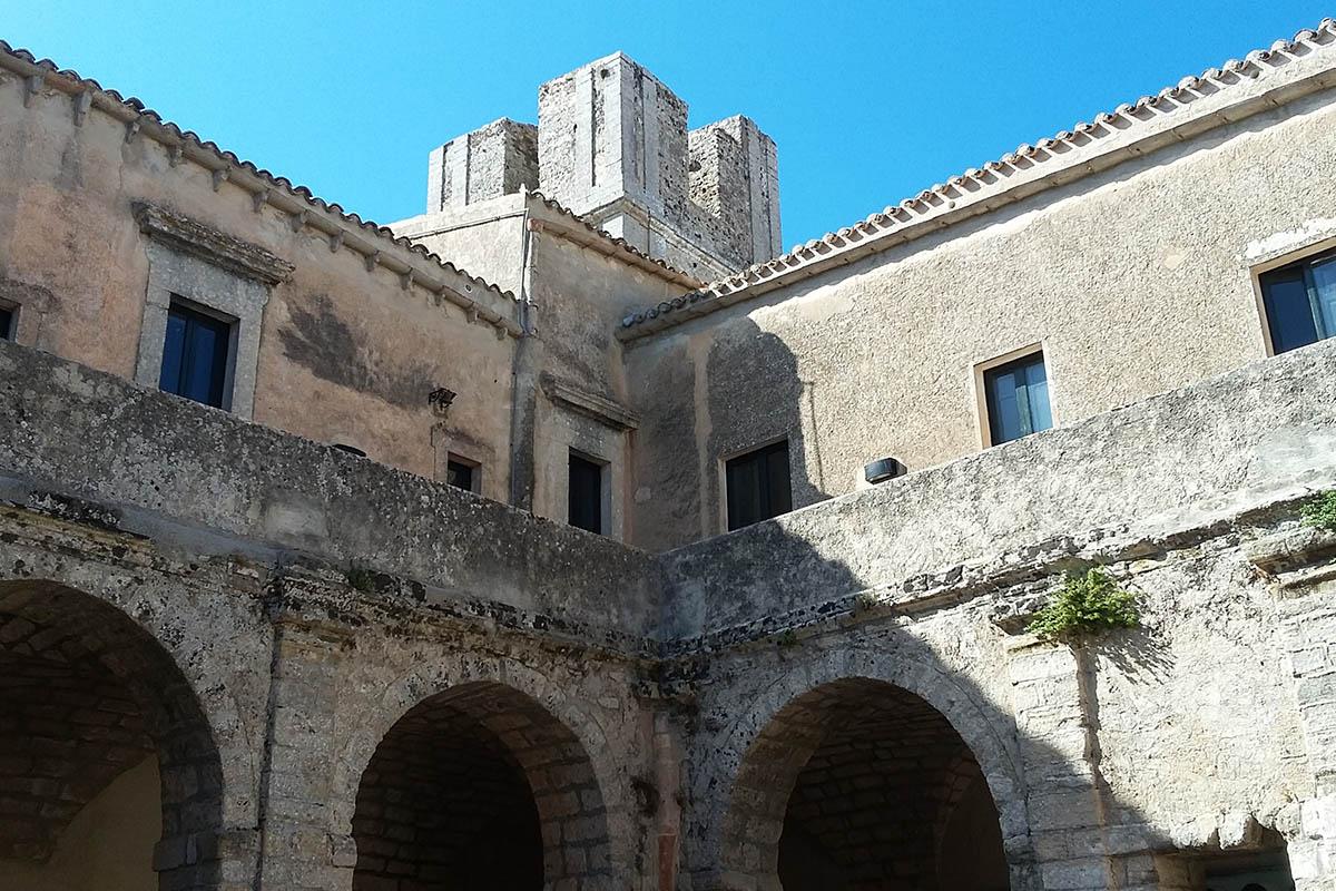 Chiostro Ex Chiesa Di San Francesco, Oggi Una Delle Sedi Del Centro Ettore Maiorana – Foto ReHu
